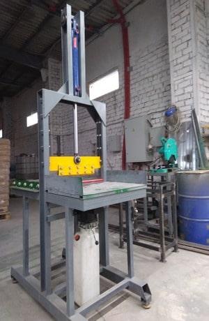На фото гильотина для резки вязких материалов, каучука